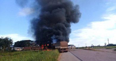 Carreta provoca acidente e é destruída pelo fogo na BR 163 próximo ao KM 1000