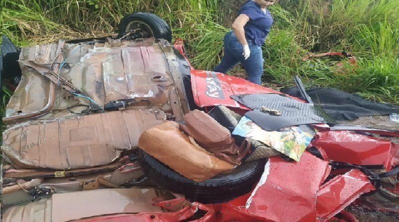 Carro bate de frente com carreta e três passageiros morrem na BR-163